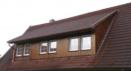 Schleppdachgaube mit Lärchenholzbekleidung