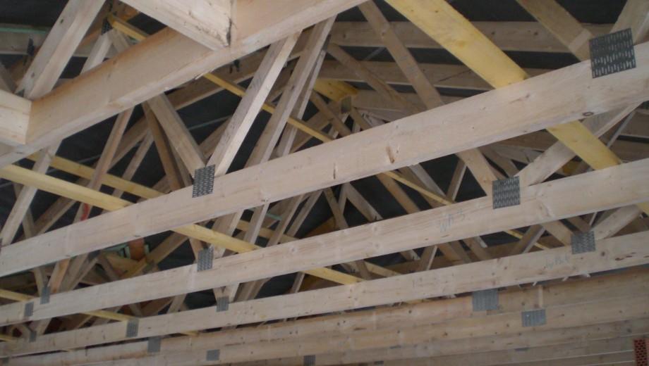 Walmdachkonstruktion aus Nagelplattenbindern