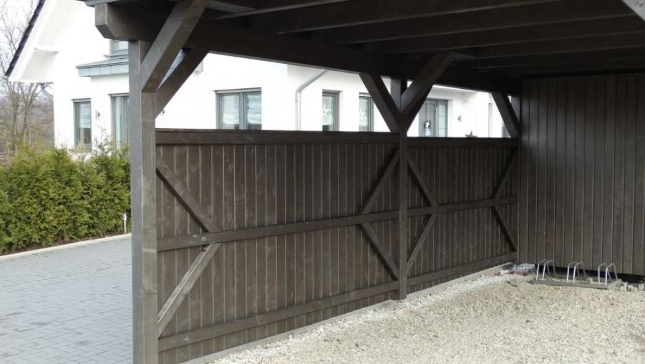 Carport mit Abstellraum und Schiebetür